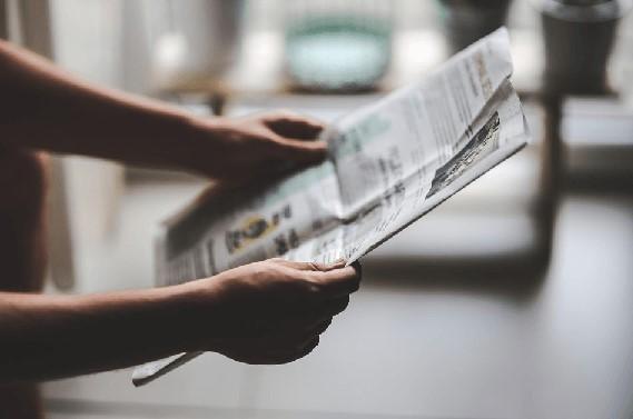 De krant op tafel